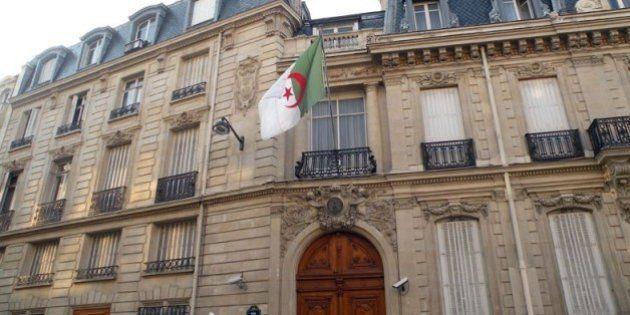 Quand des immigrés algériens protestent contre la cherté des tarifs d'Air Algérie et demandent au consul de leur pays de réduire les prix des billets d'avion comme l'a fait le roi du Maroc pour les MRE